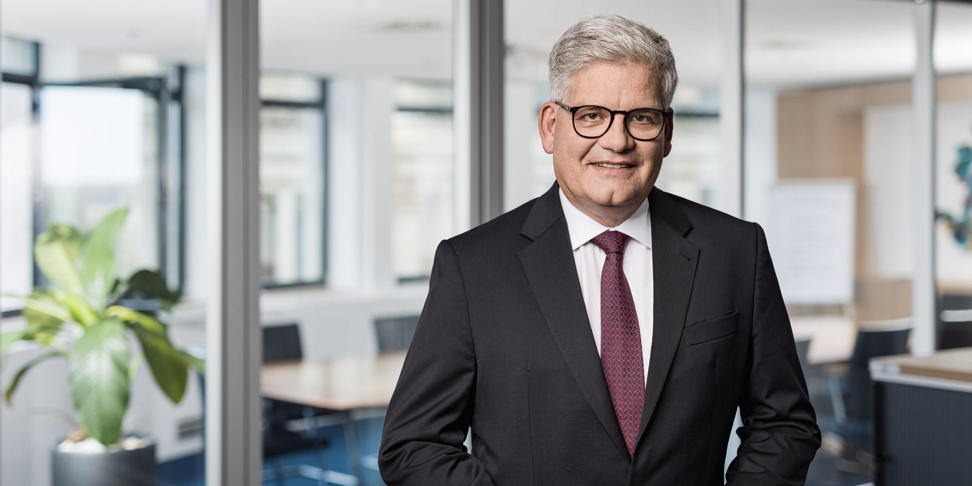 Portrait Dr nikolaus petersen anwalt leipzig fachanwalt bankrecht und finanzierungen gesellschaftsrecht stiftungsrecht erbrecht steuerrecht.jpg